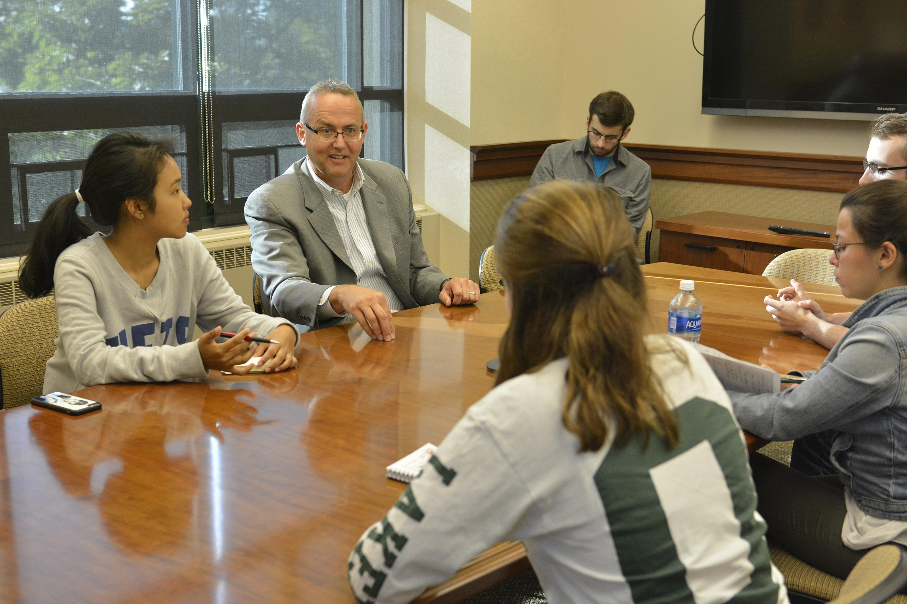 School of Business alumnus Kevin Stickles working with students