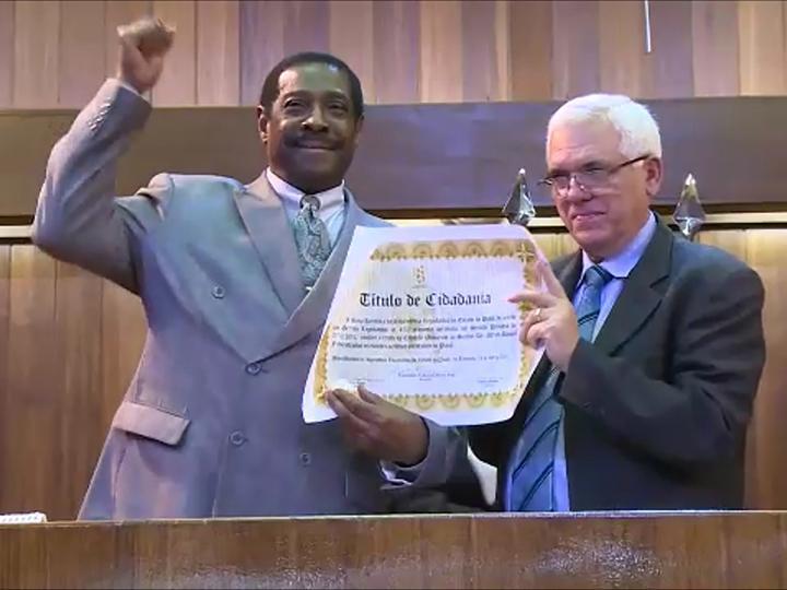 Al Frederick receives award