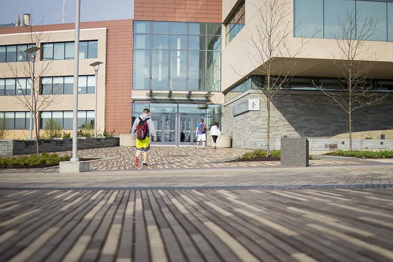 Students walking into Shineman Science Center