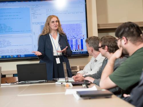 Isabelle Bichindaritz teaches in an advanced classroom