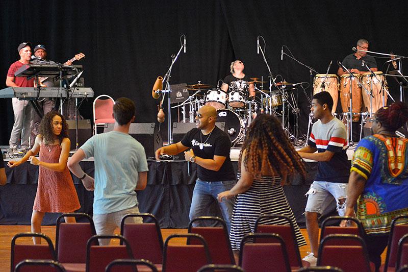 Tiempo Libre leading dance class