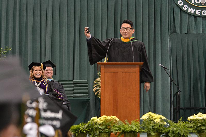 Alumnus Jeff Knauss speaks at Commencement