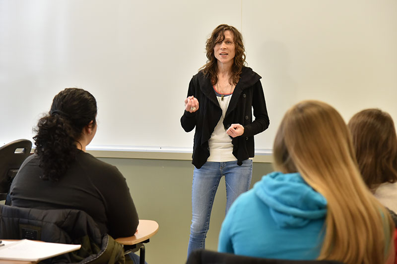 Performer Sarah Kilborne speaks to Introduction to Gender and Women's Studies class