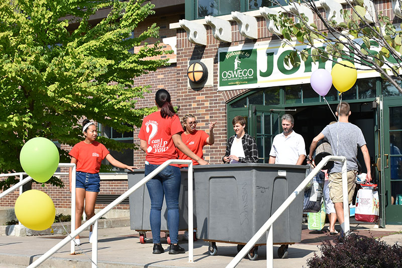 Red Carpet Crew volunteers help with new student move-in