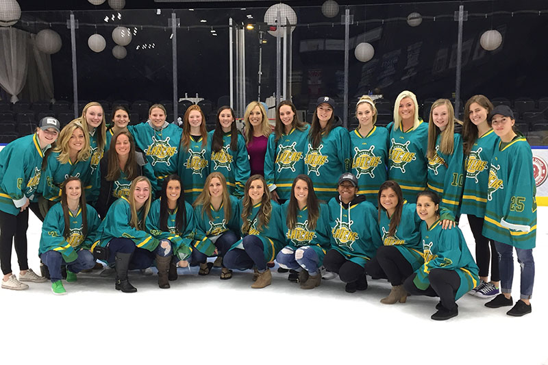SportsCenter anchor and alumna Linda Cohn poses with Laker hockey team