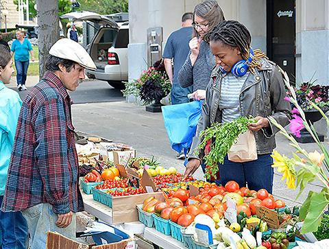 Students shop at farmers market